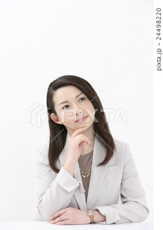 顎に手をあてるの写真素材 Pixta