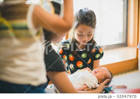 91bdbaf56952a 女の子 眠る 寝顔 生後4日の写真・イラスト素材を検索中(32件中1件 - 32件を表示)